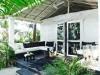 Decoración de terrazas y patios: sillones en blanco y negro