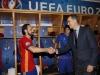 Felipe VI debut de España en la Eurocopa de Francia 2016: saludando a Juanfran