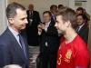 Felipe VI debut de España en la Eurocopa de Francia 2016: saludando a a Gerard Piqué