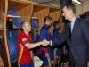 Felipe VI debut de España en la Eurocopa de Francia 2016: saludando a Andrés Iniesta