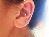 Piercing en la oreja: aro y cruz