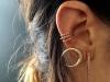 Piercing en la oreja: aros dorados