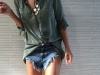 Shorts denim looks: camisa verde