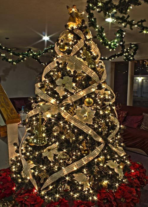 Rbol de navidad c mo decorarlo de manera original fotos for Arbol de navidad dorado