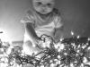 Bebés en Navidad: Jugando con las luces de Navidad