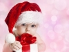 Bebés en Navidad: Con un regalo