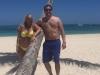 Belén Esteban vacaciones en Punta Cana en Semana Santa: con Miguel posando con una palmera