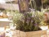 Centros de mesa para bodas de madera: caja con flores silvestres