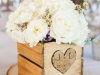 Centros de mesa para bodas de madera: caja con rosas blancas