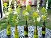 Centros de mesa para bodas botellas con flores silvestres
