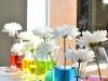 Centros de mesa para bodas vasos con agua de colores y margaritas
