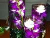 Centros de mesa para bodas vasos con agua, lilas y piedras