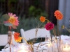 Centros de mesa para bodas vasos y botellas con flores silvestres