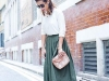 Clutch look con falda midi