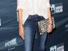 Clutch look con jeans y camisa blanca