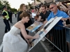 Dakota Johnson look lady de Balenciaga: firmando autógrafos