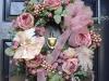 Decoración de Navidad en rosa: adorno en la puerta corona