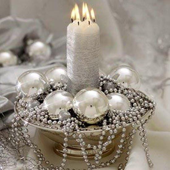 Decoración de Navidad plateada: centro de mesa con velas
