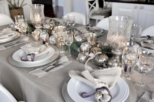 Decoración de Navidad plateada: mesa y bolas