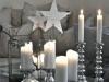 Decoración de Navidad plateada: centro de mesa con bolasy velas