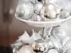 Decoración de Navidad plateada: centro de mesa con bolas