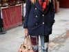 Denim patchwork: look con jeans con parches de cuadros