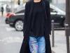 Denim patchwork: look con jeans con parches de dibujos