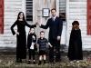 Disfraces de Halloween para familias: Familia Adams con casa decorada