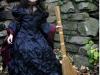 Disfraz de bruja para niña casero: modelo en negro con escoba