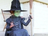 Disfraz de bruja para niña casero: modelo en negro con maquillaje verde