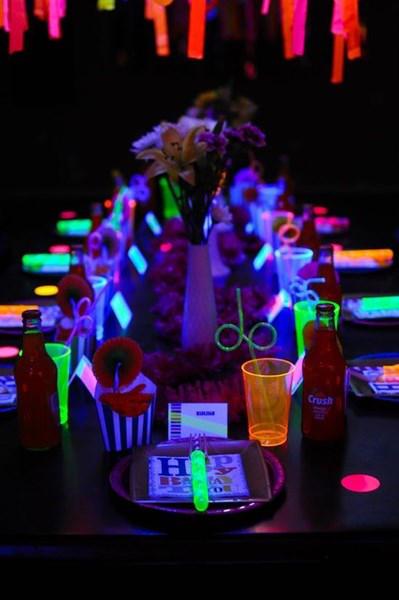 fiestas de cumpleaos originales para mesa decorada con luces de nen fiestas de cumpleaos originales para mesa decorada con with originales para cumpleaos