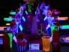 Fiestas de cumpleaños originales para adolescentes: mesa decorada con luces de neón