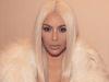 Kim Kardashian rubia platino desfile Kanye West: primer plano