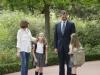 Las imágenes más familiares de Felipe VI como Rey: con la Reina y las Infantas de paseo