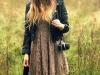 Looks de encaje: vestido beige con cazadora de cuero