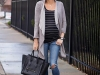 Looks Street Style para embarazadas outfit con jeans rotos