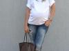 Looks Street Style para embarazadas outfit con jeans y camiseta blanca