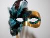 Máscaras de Carnaval caseras: dorada y verde con plumas