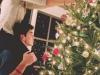 Navidad en pareja: adornando el arbol