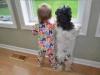 Niños y mascotas: mirando por la ventana