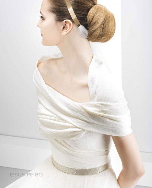 Peinados con tiara dorada