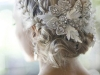 Peinados de novia románticos: recogido con broche