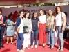 Reina Letizia estilo working girl en el Día de la Banderita 2016: mesa de cuestación con un grupo
