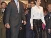 Reina Letizia look con culottes en ARCO 2016: bolso rosa