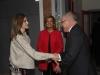 Reina Letizia look otoñal de Hugo Boss: a su llegada saludando a los presentes
