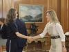 Reina Letizia look sporty chic de Hugo Boss: saludando dando la mano