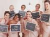 Reportajes de fotos para bodas divertidos y diferentes: invitadas con pizarras