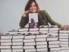 Sandra Barneda biografía: posando con su libro