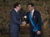 Sara Carbonero look en la Moncloa: Mariano Rajoy entregando la medalla a Iker Casillas