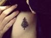 Tatuajes de Navidad: abeto en el costado